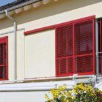 Fensterläden als verschiebbarer Sichtschutz